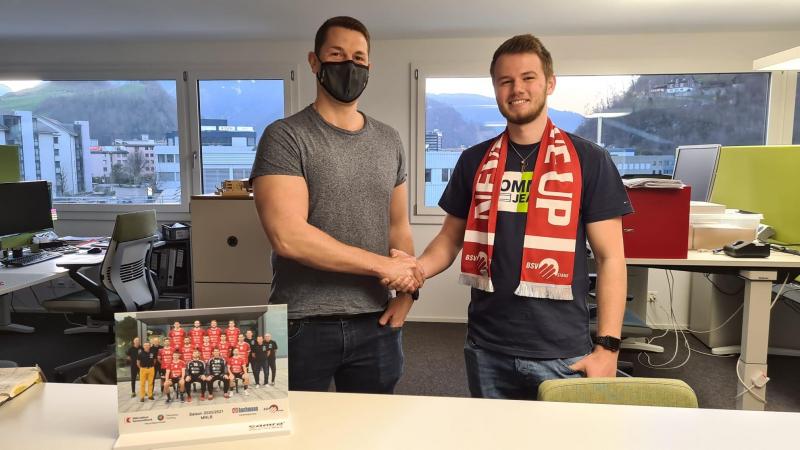 Janik Nauer (rechts) zusammen mit Christian Arnosti vom BSV Stans nach der Vertrags-Unterzeichnung.