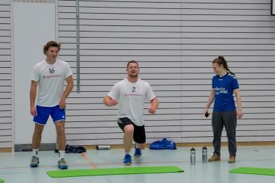 Yves Imhof (links) und Micha Schelbert bekommen Tipps von Valeria Meli und dabei kommt auch der Spass nicht zu kurz. (Bild: Esther Heinzer)