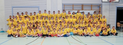 Überglückliche junge Handballer mit ihrem neuen T-Shirt nach einem erfolgreichen Schüler-Handballturnier. (Bild: Esther Heinzer)