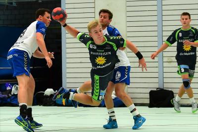 Am 26. Raiffeisen-Cup wurde voller Einsatz gezeigt und hart um jeden Zentimeter gekämpft, wie hier der Muotathaler Andreas Schelbert am Ball beweist. (Bild: Andy Scherrer)