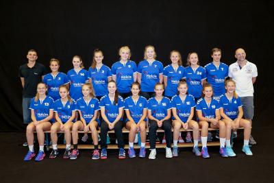 Die FU18-Spielerinnen präsentieren stolz ihr neues Einlauf T-Shirt. (Bild: Esther Heinzer)