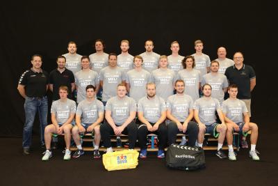Die erste Mannschaft bedankt sich herzlich bei den Sponsoren für das neue Einlauf T-Shirt. (Bild: Esther Heinzer)