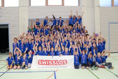 Die Schüler hatten grossen Spass am Schüler-Handballturnier und posierten am Ende stolz mit ihrem neuen T-Shirt vor der Kamera. (Bild: Esther Heinzer)