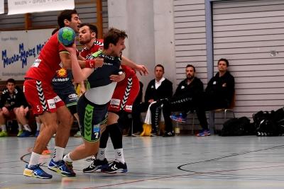 Auch im letzten Spiel ging es noch einmal hart zur Sache und der KTV hier mit Patrick Föhn am Ball musste sich seine Chancen hart erkämpfen. (Bild: Andy Scherrer)