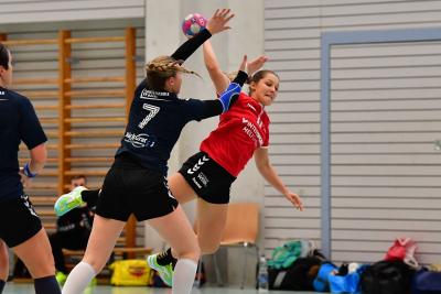 Trotz kämpferischer Leistung mussten sich die Muotathalerinnen (Nadine Weber am Ball) dem Leader deutlich geschlagen geben. (Bild: Andy Scherrer)
