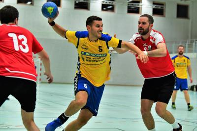 Gegen den ungeschlagenen Leader Borba Luzern musste sich die zweite Mannschaft, hier mit Flavio Bächtold am Ball leider klar geschlagen geben. (Bild: Andy Scherrer)
