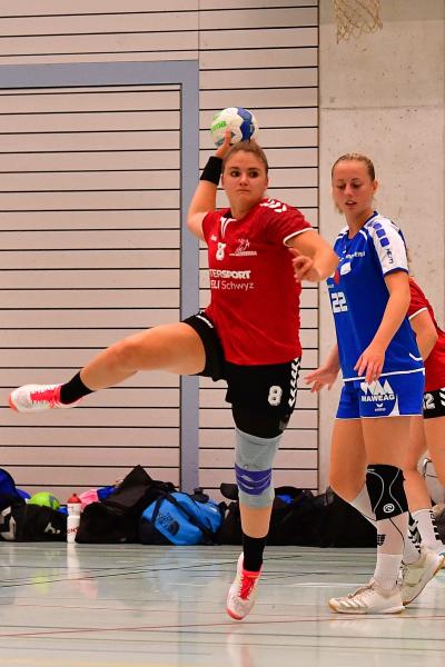 Die SG Muotathal/Mythen-Shooters, hier mit Andrea Eichhorn am Ball, ist erfolgreich in die neue Saison gestartet und besiegte Handball Emmen am vergangenen Freitagabend klar und deutlich mit 35:24. (Bild: Andy Scherrer)