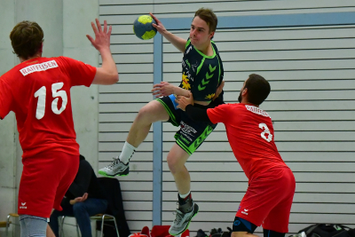 Kann der KTV Muotathal, hier mit Matteo Schelbert am Ball, Handball Emmen wie im Hinspiel wieder ein Bein stellen? (Bild: Andy Scherrer)